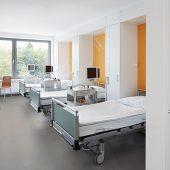 Im AKH Viersen verleihen die hellen Kautschukböden von nora systems Fluren, Funktionsbereichen und Patientenzimmern eine ruhige, heitere Atmosphäre. (Copyright: Markus Bachmann)