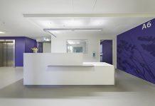 """Im Klinikum Siloah-Oststadt-Heidehaus ist der """"Weg der Heilung"""" das zentrale Gestaltungselement. Die Architekten wählten den Boden noraplan signa in einem dezenten, harmonischen Grauton als Ergänzung. (Copyright: Wolfgang Fallier)"""
