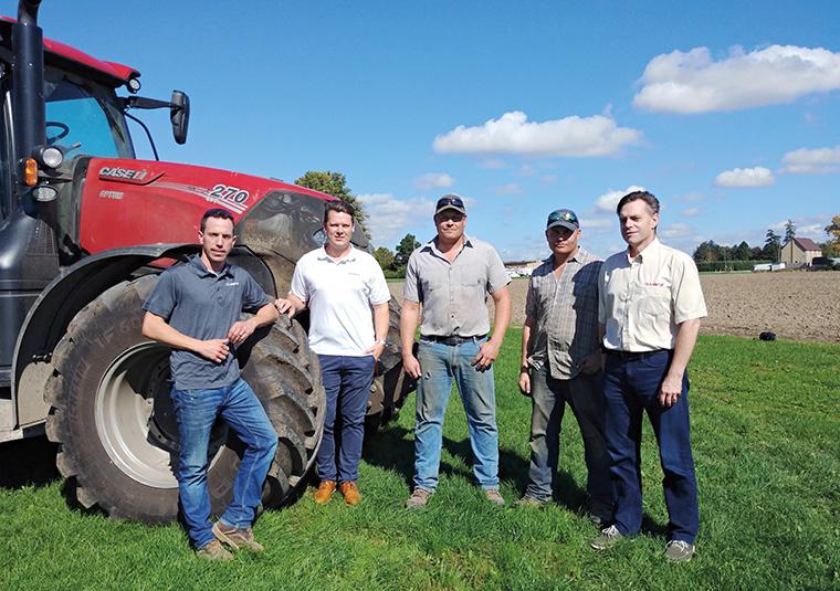 Von links: Josh Tye, Handelsvertreter, Stratford Farm Equipment; Benjamin Hägele, Geschäftsleiter, Cleanfix Unternehmen; Richard und James Armitage, Cleanfix-Kunden; und Florin Gervais, Gebietsleiter Ost, Cleanfix North America.