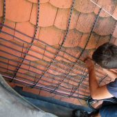 AEG Dachrinnen-/Schrägdachheizungen verhindern den Schneestau an verwinkelten Dachkonstruktionen. Dachlawinen und Eiszapfen können so erst gar nicht entstehen.