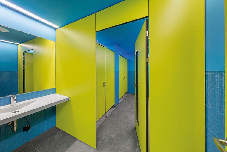 Schulbau im Sanitärraum - WC-Trennwände von KEMMLIT für den ...