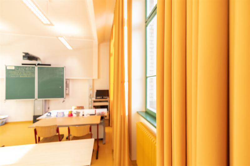 """oranger Vorhang 2 - """"Die Schule ist ein Schmuckstück geworden"""""""