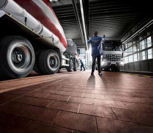 20C0177 03 lowres 300x261 - Daimler Trucks & Buses hält Servicenetz aufrecht