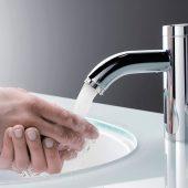 Die Kombination eines Klein-Durchlauferhitzers mit einer sensorgesteuerten Waschtisch-Armatur erhöht die Hygiene. Elektronische Armaturen gibt es mit Batterie oder für den 230 V-Netzanschluss.