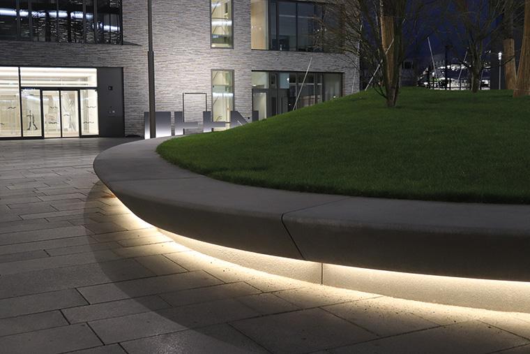Mit den flexiblen LED-Lichtlinien der Serie slimlux flex kann die freie Form der zentralen Pflanzinsel auf dem Bildungscampus in Heilbronn nachgezeichnet werden.