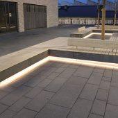 Bänke und Sitzelemente sind mit LED-Lichtlinien der Serie slimlux indirekt in Szene gesetzt.