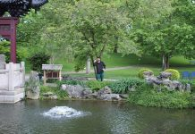 Timo Brendel wirft Bokashi Balls im Luisenpark Mannheim in die Seen