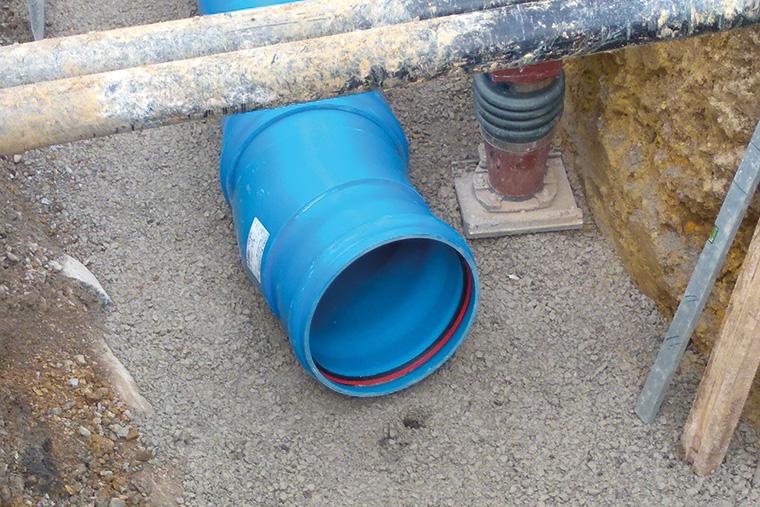 Die leichten HS®-Kanalrohre für die neue Regenentwässerung lassen sich auf der Baustelle schnell und flexibel einbauen. Die blaue Farbe erleichtert die Unterscheidung in Regen- und Schmutzwasser. (Foto: Funke Kunststoffe)