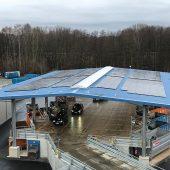 Die Überdachung wurde mit einer Photovoltaikanlage ausgestattet, die zusammen mit Batteriespeichern dazu dient, Strom sowohl für den Betrieb der Anlage als auch für verschiedene elektrisch betriebene Fahrzeuge zu produzieren. (Bild: Modulo Wertstoffhöfe GmbH)