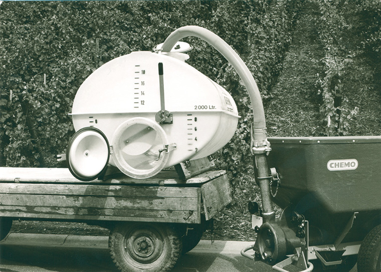 Erfolgsidee mit Potential: schwere hölzerne Traubenbütten und Transportfässer wurden durch leichtere und widerstandsfähigere Modelle aus Kunststoff ersetzt (Foto: CEMO)