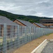 Die Steinmauer zwischen Ferienhausanlage, Jugendcamp und Wohnmobilstellplätzen vor ihrer Befüllung.