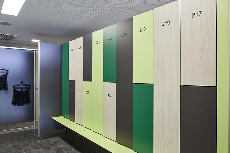 Umkleideeinrichtungen und Garderobenschränke aus nachhaltiger Forstwirtschaft. (Foto: Schäfer Trennwandsysteme)