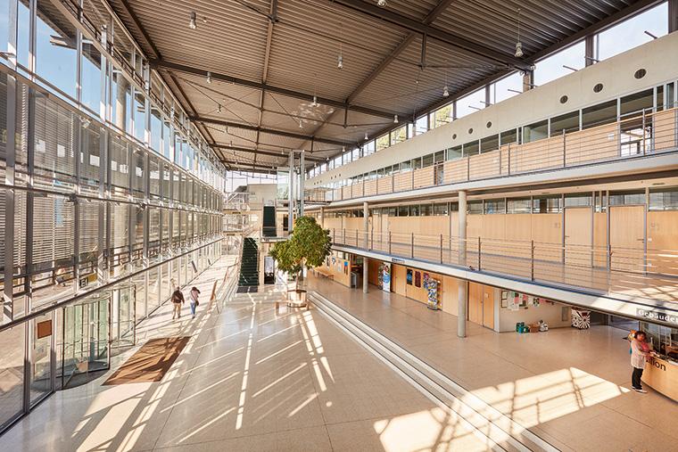 Blick in das großzügige Foyer des Kreishauses Gütersloh. (Foto: SALTO Systems)