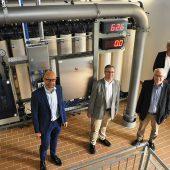 Dieter Gredig erklärt Christof Fink, Hans-Georg Brum und Jürgen Funke (von links nach rechts) die Funktionsweise der hochmodernen Ultrafiltrationsanlage. (Foto: Andrea Königslehner)