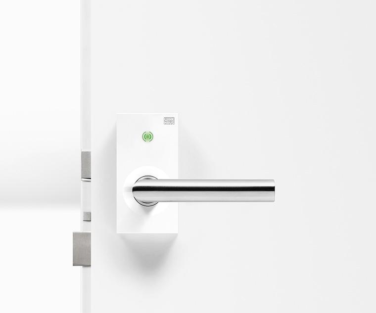 Dank verschiedener Drücker-Designs und den Farben schwarz und weiß fügt sich der intelligente Türbeschlag stimmig in jedes Objekt ein. (Foto: Winkhaus)