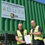 Uwe Kuhn und Daniel Zentler von Firma Erdbau Kuhn in Kirchhardt präsentieren die BQF-Qualitätsurkunde.