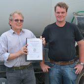 Firma Clausing Tiefbau aus Osnabrück ist seit letztem Jahr in Besitz des BQF-Qualitätszeichens. Christian Staub und Stephan Lemke präsentieren die Urkunde.