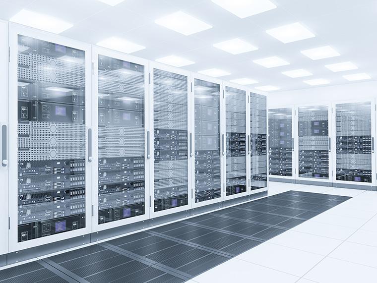 Die empfohlene Raumtemperatur innerhalb eines Rechen¬zentrums liegt zwischen 22° und 26° Grad Celsius bei einer Luft¬feuchtigkeit von 30 bis 50 % relativer Feuchte. Damit Verfügbarkeit und Sicherheit der IT-Komponenten nicht beeinträchtigt werden, gilt es die Betriebs-temperaturen konstant zu halten. (Foto: AdobeStock)
