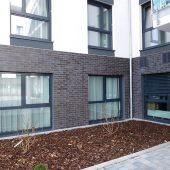 Das Farbkonzept für die Fassade und die Bemusterung spezieller Klinkerriemchen übernahm der WDV-Systemgeber HECK Wall Systems