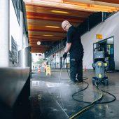 Ein akkubetriebener Kaltwasser-Hochdruckreiniger im Einsatz bei der Erstellung eines Reverse Graffiti.