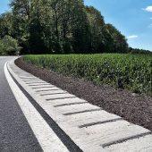 Das fertig eingebaute WALLSTOP Rüttelbankett wird direkt an den Fahrbahnrand angebaut. Es sorgt durch das Gefälle für ausreichenden Wasserabfluss.