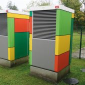 Zur Integration in die Farbkonzeption des Gebäudes wurde eine Folierung der Wärmepumpen vom Architekturbüro Kieselhorst + Piltz entsprechend gestaltet. (Foto: Architekturbüro Kieselhorst + Piltz, Jever)