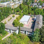 Im Schulhof der Grundschule am Königsgraben in Berlin entstand in nur 12 Wochen eine zweigeschossige Interimsschule in hochwertiger FAGSI Containerbauweise für rund 240 Kinder.