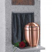 Während der Beisetzung bieten harmonisch abgestimmte Urnentische Platz für Blumenschmuck.