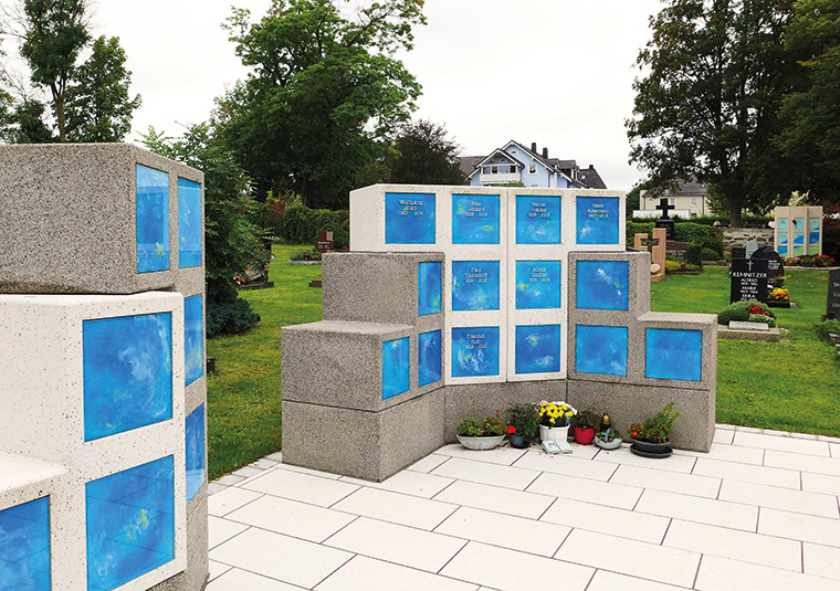 Eine Urnenanlage von Paul Wolff in der bayerischen Gemeinde Oberkotzau bezeugt, wie harmonisch und würdevoll Friedhofsysteme heutzutage aussehen können. (Fotos: PAUL WOLFF GmbH)