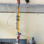 Die Fällmittelzuführung mit dem Clamp-on-Durchflussmesssystem an dem transparenten Abschnitt der Fällmittelleitung. (Foto: Amperverband)