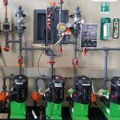 Die Fällmittelzuführung mit Pumpsystemen und der Clamp-On deltawave -Durchflussmesseinrichtung. (Foto: Amperverband)