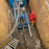 Das Berstlininggerät GRUNDOBURST 2500G in der rund 5 m tiefen Baugrube