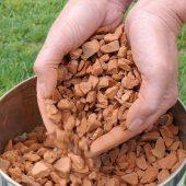 Alte Tonziegel sind ein gesuchter Wertstoff zur Herstellung technischer Gesteinskörnungen im Straßen-, Wege- und Sportplatzbau oder für Vegetationssubstrate. (Foto: ZinCo GmbH)