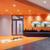 Das Clubmotto 'We are one' ist im Arturo Designboden in der Clubfarbe Orange in breiten Lettern integriert. (Foto: Roland Halbe)
