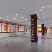 Die robuste PU-Beschichtung im Design 'Dark Move' verbindet Foyer, Fan-Shop, Sportlereingang und Restaurant. (Foto: Roland Halbe)