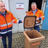 Matthias Deppe (li.) und Mario Klöpper von der Abfallwirtschaft Region Hannover (aha) zeigen eine Biotonne mit Filterdeckel aus dem Bestand. Tausende Biotonnen in Hannover sind auf Kundenwunsch bereits mit dem Biofilterdeckel ausgerüstet.