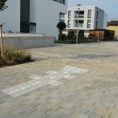Angrenzend an die Residenz befindet sich ein Nachbarschaftsplatz. Dieser wurde einheitlich mit den umliegenden Flächen gestaltet. (Fotos Adolf Blatt GmbH + Co. KG)