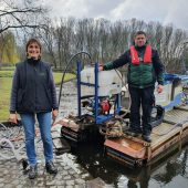 Annette Mannschott und Markus Beiten bei der Impfung des Rheinauensees.