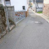 Vorher: Die Scheidelsgasse in Dörrenbach befand sich vor der Sanierung in einem schlechten baulichen Zustand. (Foto: Ingenieurbüro TeamBau)