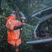 """Getreu dem Motto """"Es gibt kein schlechtes Wetter, nur schlechte Kleidung"""" ist die Wetterschutzbekleidung Technical-Vent von Husqvarna verlässlicher Begleiter für die alltägliche, professionelle Arbeit im Forst und in der Landschaftspflege."""