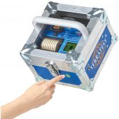 Die Messelektronik mit Voice-Assist, Drucker und Powerakku ist in der besonders baustellentauglichen ROBUSTA Box verbaut. Das Gerät kann auf der Baustelle mit geschlossenem Deckel über den Außentaster bedient werden und bleibt so geschützt vor Staub und Wetter.