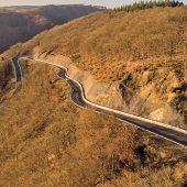 Schutz vor Geröll auf der L306 zwischen Bendorf-Sayn und Stromberg: Die Wallstop-Schutzwand ist an den Verlauf der Straße angepasst. (Fotos: Wallstop)
