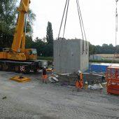 Die Anlieferung der Fertigteile von Firma Kleihues für die Ein- bzw. Auslaufbauwerke des Grael-Dükers am Dortmund-Ems-Kanal in Münster erfolgte mit einem schweren Mobilkran.