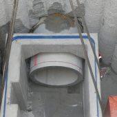 Präzisionsarbeit: Das Dükerrohr passt genau in die vorgesehene Öffnung des Stahlbetonrahmens.