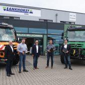 Am 14. Juni 2021 übergaben Rolf Trampert (l.), Claus Roth (m.) und Hajo Brunsiek (r.) den symbolischen Schlüssel an Rainer Weerda (2.v.r.) und Dieter Skora (2.v.l.). (Foto: Lankhorst Nord GmbH)